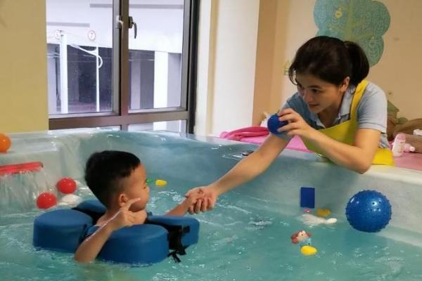 刚上幼儿园,就发现了孩子游泳和不游泳的差别