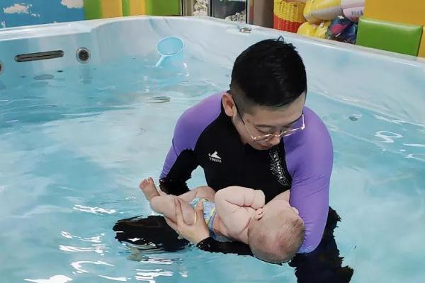 越来越多家长认识到,婴儿游泳才是早教的第一步