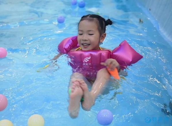 婴儿游泳的好处其他运动都比不了