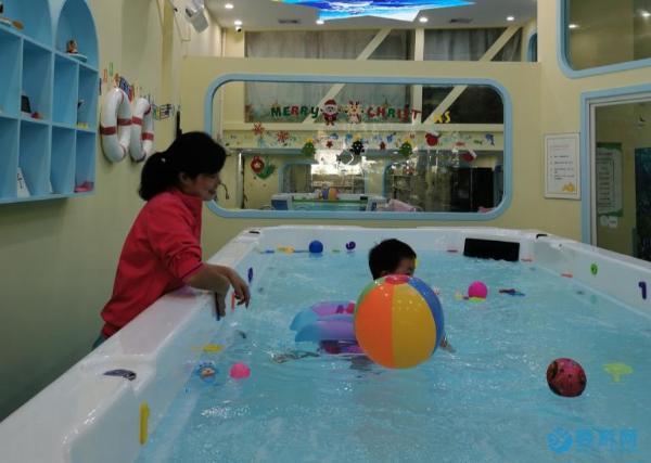 秋天是婴幼儿游泳的黄金季节