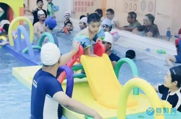宝宝游泳让孩子变得更加自信