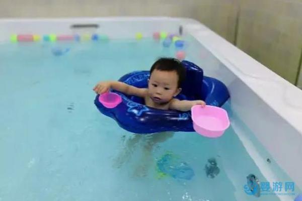 才坚持带宝宝游泳半年,就看到了孩子的巨变