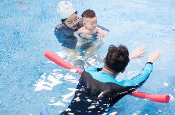 宝宝游泳一年花费成千上万,到底值不值得