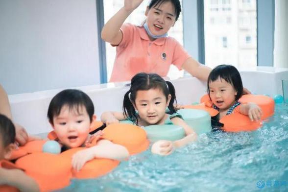让宝宝从小坚持游泳,就是让他从小受益