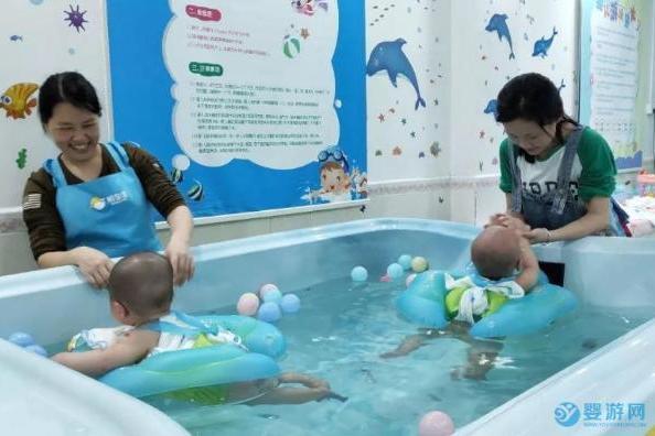 婴儿游泳在戴圈和亲子游泳中选择,你会怎么选