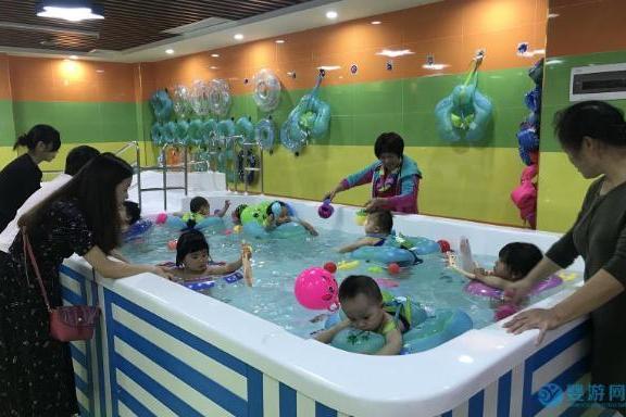 宝宝在家游泳麻烦还会感冒,不如去婴儿游泳馆