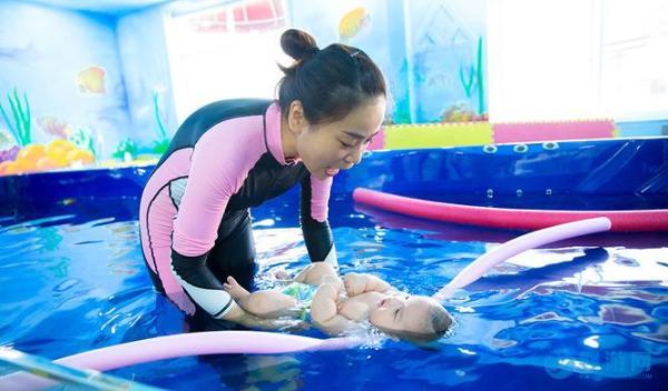婴儿游泳帮助孩子快速发育