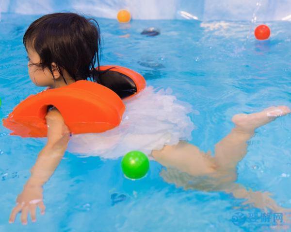 婴幼儿游泳促进身心发育健康