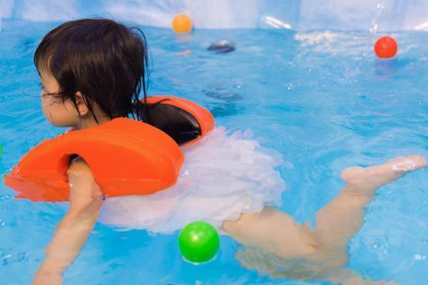 为什么说秋天把宝宝游泳停了十分不明智