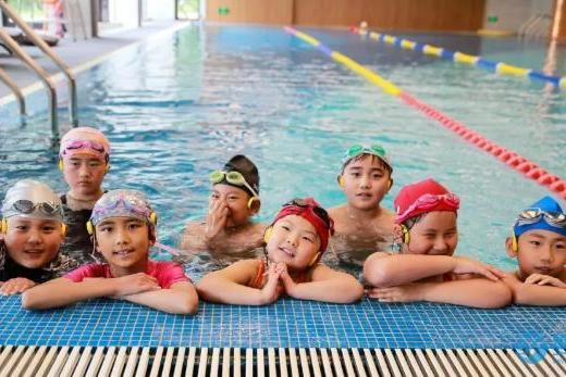 教会孩子学游泳让他远离溺水危险