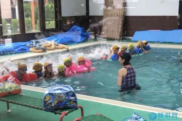 你知道日本幼儿园是怎么培养孩子学游泳的吗