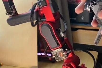 华为天才少年带着机械臂回归:远程给葡萄缝针,成本仅1万元!