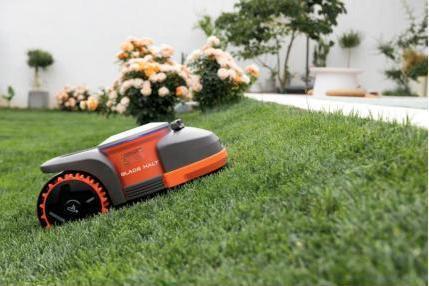 赛格威⾸款智能割草机器人全球首发 有望成九号公司新增长点