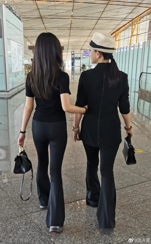 赵文卓张丹露送大女儿出国留学 晒合照不舍落泪_久之资讯_久之网
