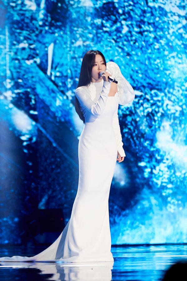 张靓颖献唱《最可爱的人》 团圆之际铭记英雄_久之资讯_久之网