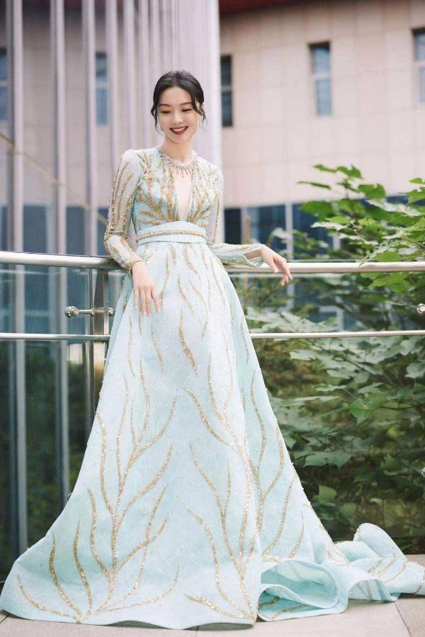 齐溪《如果有一天我将会离开你》入选北影节主竞赛单元 一袭蓝裙优雅亮相开幕式