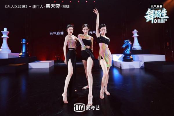 《舞蹈生》初次合作舞台精彩上演 金晨现场顶碗跳舞