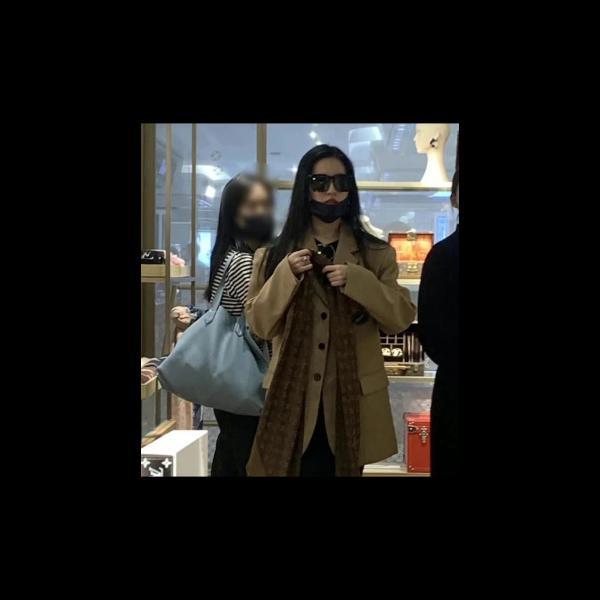 刘亦菲逛商场被偶遇 无滤镜照曝光五官精致颜值超能打_久之资讯_久之网