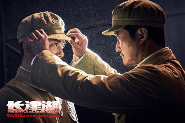 电影《长津湖》吴京为千玺整理军帽