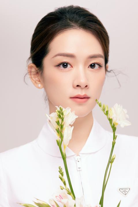 陈昊宇轻熟风写真曝光 妆容淡雅 眼中尽显柔和与平静