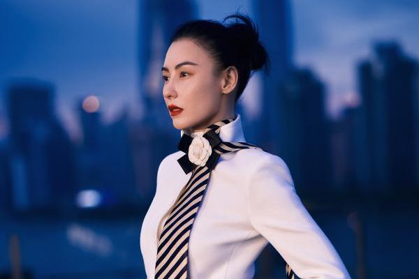 张柏芝《瑞丽伊人风尚》十月刊封面大片 高楼林宇中演绎都市摩登