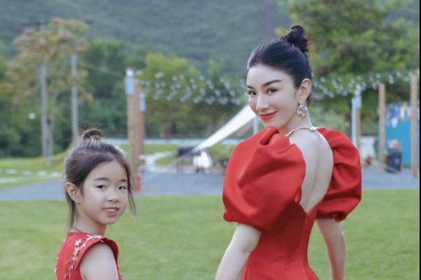 黄奕分享44岁庆生照 和女儿铛铛同穿红色长裙状态超好