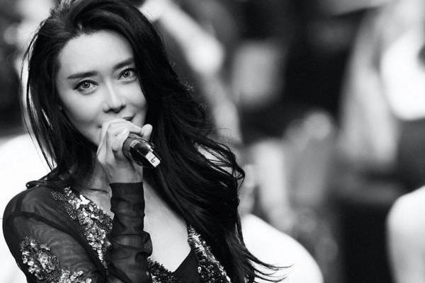 爱戴现身中国国际时装周 首唱新歌展女性态度