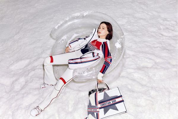 卢靖姗杂志封面曝光 俏皮滑雪造型诠释灵动风格