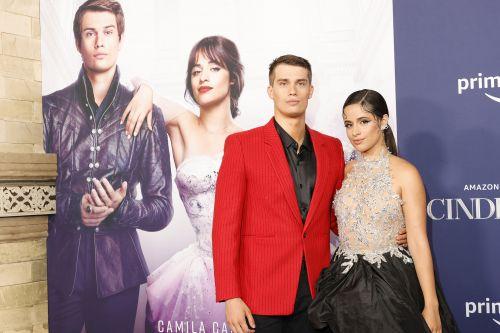 索尼新版《灰姑娘》真人电影加州首映 卡妹公主造型亮相