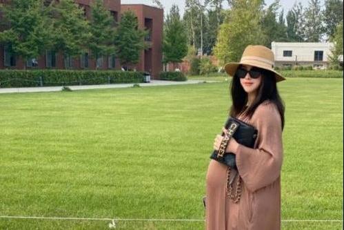 37岁朱珠逛马场秀名牌包,超大孕肚疑怀双胞胎,尖下巴却惹人羡