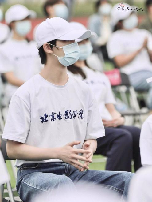 丁程鑫现身北京电影学院开学典礼 棒球帽+校服清爽帅气