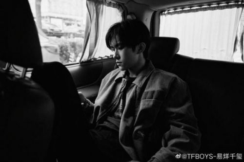 易烊千玺出席电影《长津湖》首映礼 晒活动黑白幕后照