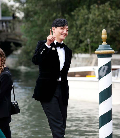 电影《沙丘》威尼斯电影节首映 张震西装笔挺尽显儒雅风范