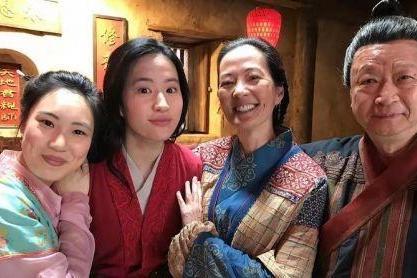 刘亦菲等演员晒幕后照庆祝《花木兰》一周年