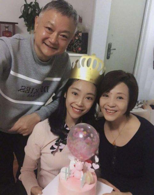 57岁欧阳奋强与家人旅游,女儿五官惊艳,中戏毕业继承父亲天赋