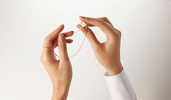 史上最梦幻VCA幸运草项鍊!Van Cleef & Arpels限量「蔷薇粉」这光泽感太美!