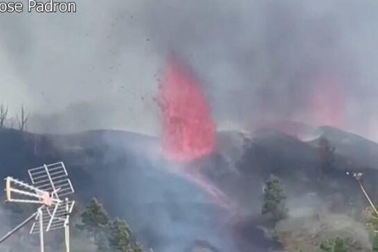 震撼!实拍西班牙火山喷发:岩浆灌入街道、火光冲天、浓烟滚滚