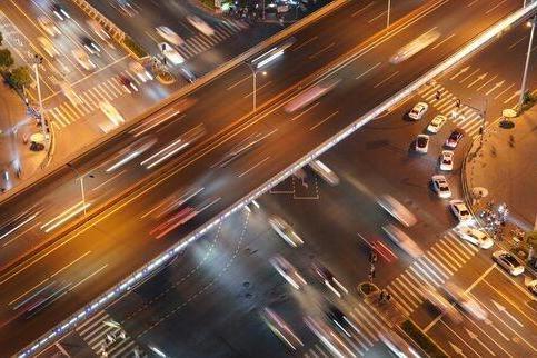 研究发现:开车时不要听情歌、喧闹的歌,否则分散注意力增加车祸风险