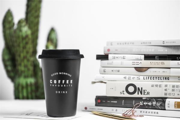 一项你每天都在挑战的物理学难题:优雅地拿着咖啡冲进办公室