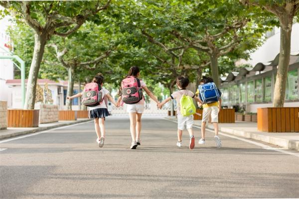 开学第一天!美国310万家庭放弃学校,选择家庭教育