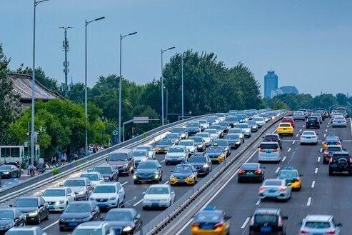 新能源车主国庆出行尴尬了!充电1小时排队4小时,躲过堵车续航却不给力