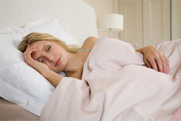 不用购买昂贵的护肤品就能减少皱纹?研究表明换个枕头就很有效
