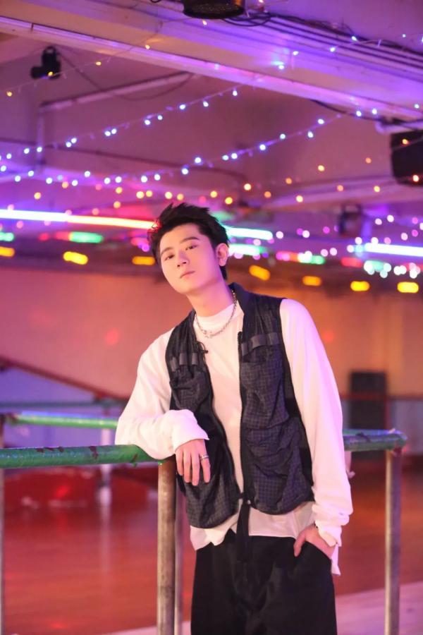 """《少年说唱企划》王以太暖心严厉形象随机切换 """"双面""""导师上线"""