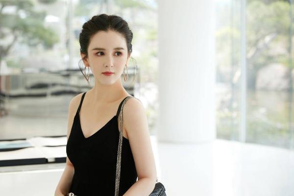 季节更迭间 刘竞眉目与时光同温柔显独特神韵