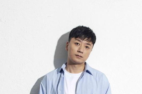 歌手张磊新歌《桃花》火热发布 质感歌喉诠释与众不同轻摇滚