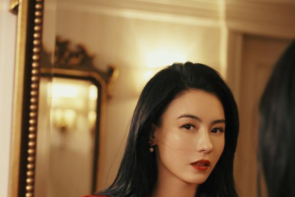 张柏芝最新活动造型 一袭红装明艳热烈