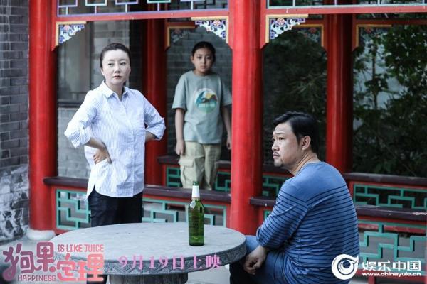 2、贾冰和王晴在萌宠喜剧电影《狗果定理》中饰演秦铁军和冯晓晨.jpg