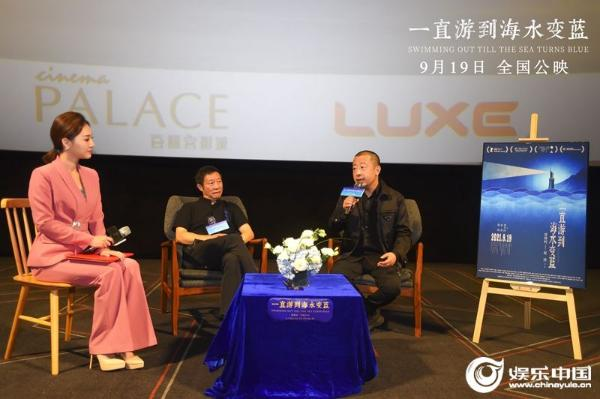 《一直游到海水变蓝》在武汉举办首映会,导演贾樟柯和顾问欧阳江河出席活动.jpg