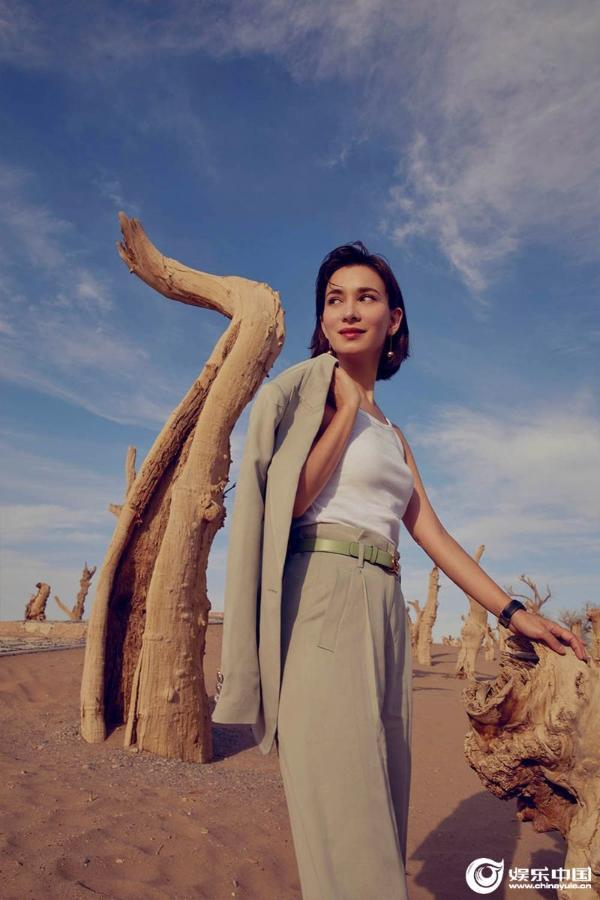卢靖姗置身于沙漠.jpg
