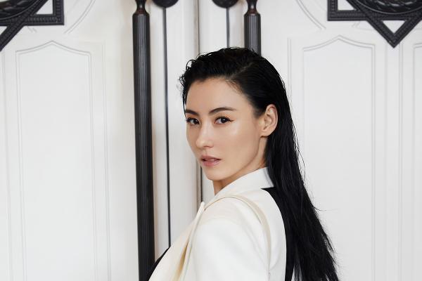 张柏芝上演白色西装杀 御姐造型魅力全开
